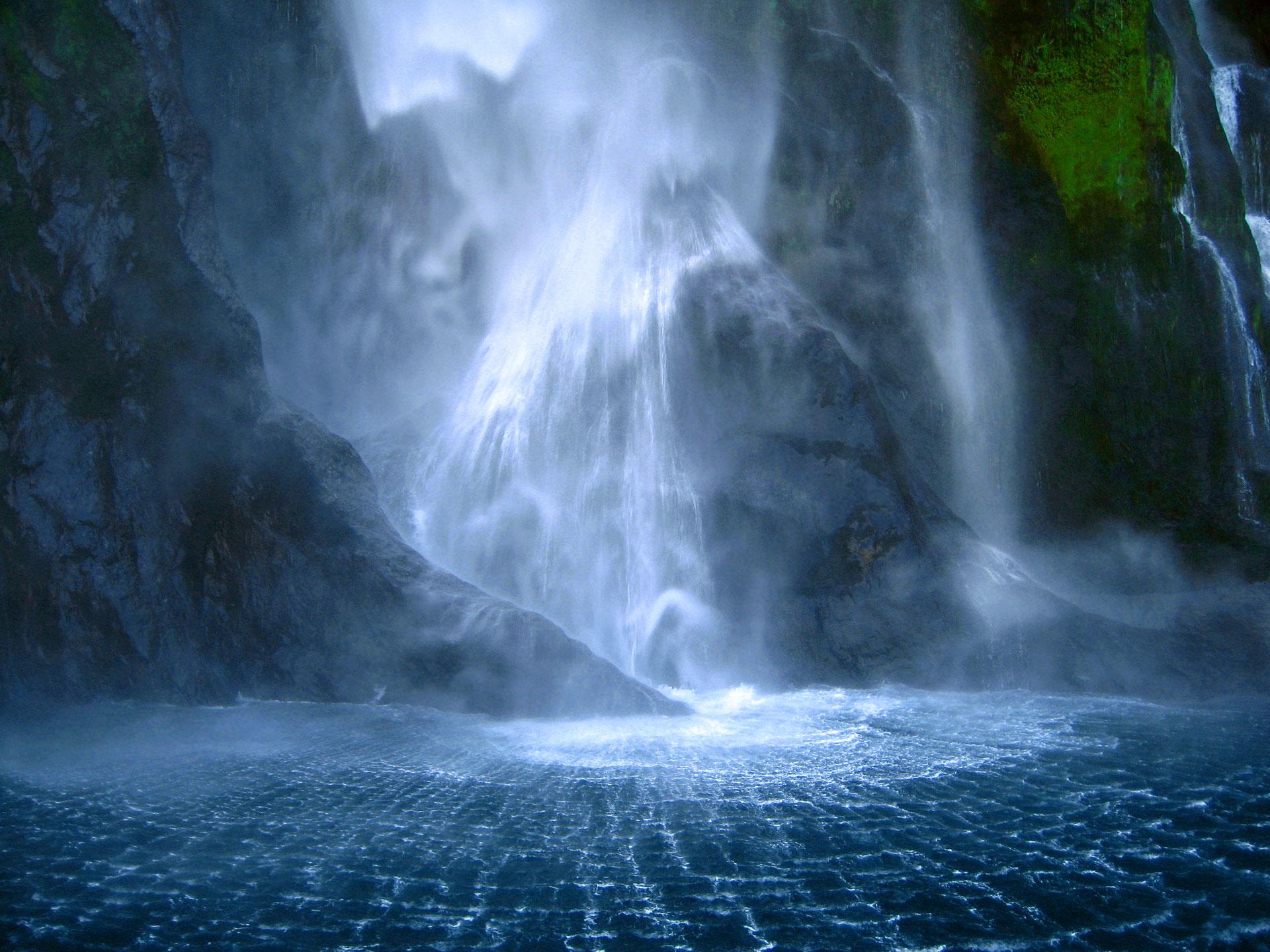 Milford-Sound-falls-cheap-flights-WishandFly-viaje-sorpresa